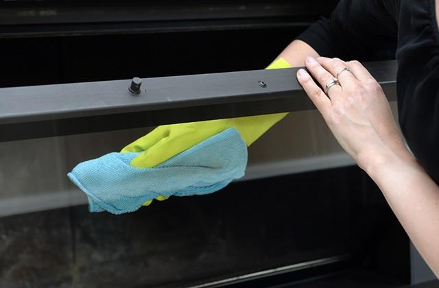 Nettoyage de la vitre d'un insert à granulés