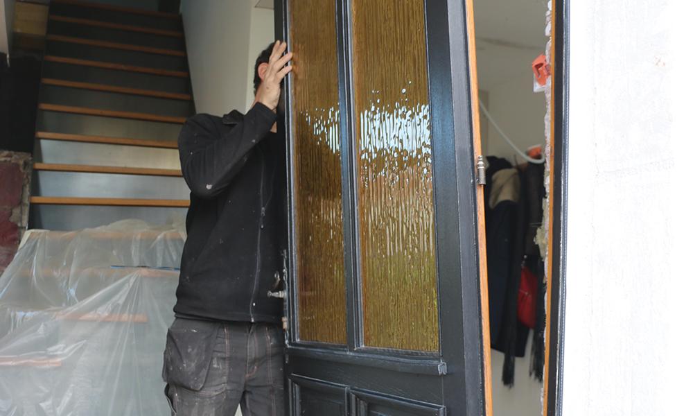 DEPOSE - L'ouvrant de l'ancienne porte d'entrée est dégondé.