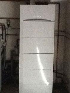 Pose d'une chaudière reliée à un plancher chauffant et radiateurs