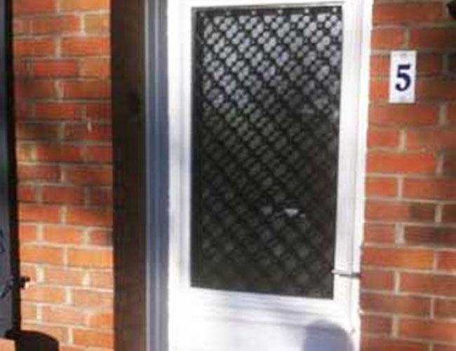 Pose d'une porte d'entrée PVC sur Lille