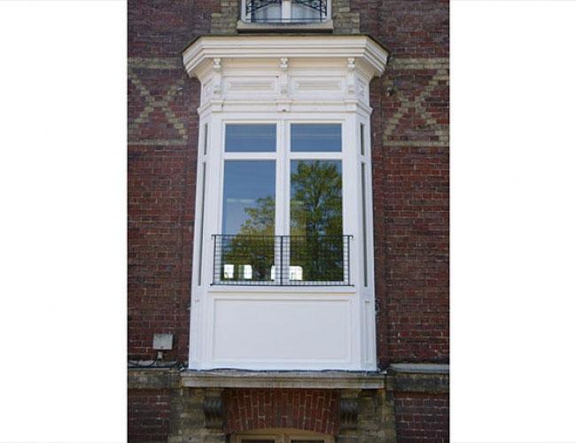 Pose d'une porte d'entrée en bois dans une maison près de Rouen