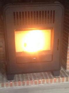 Pose d'un poêle à pellets Cute MCZ dans une ancienne cheminée